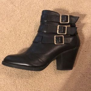 Like new- Steve Madden leather booties